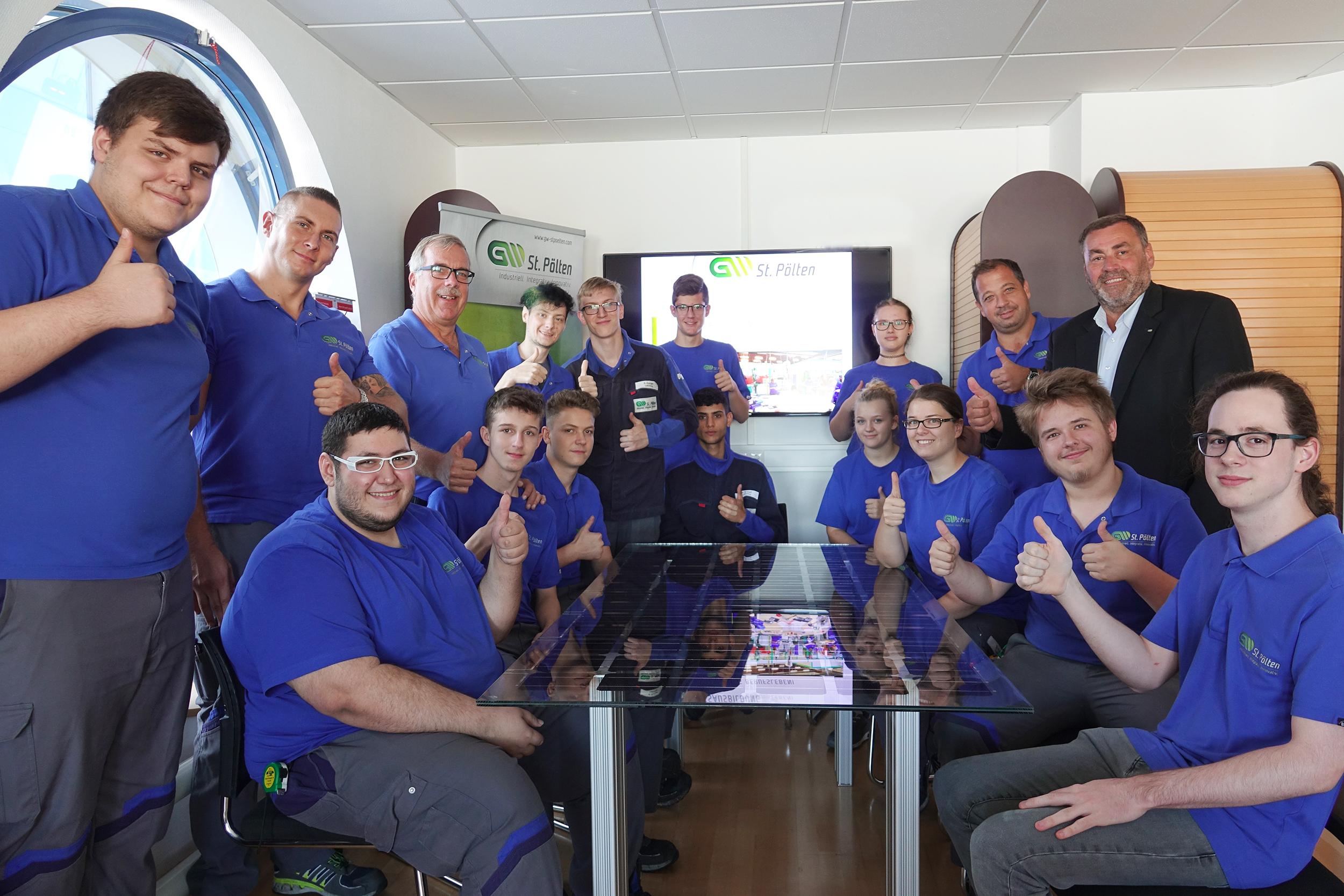 Gruppenfoto Lehrlinge mit Ausbilder und Geschäftsführung